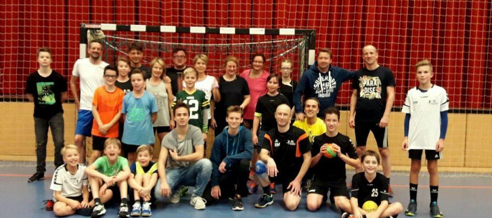 Derby der besonderen Art: Eltern spielen gegen ihren Handballnachwuchs